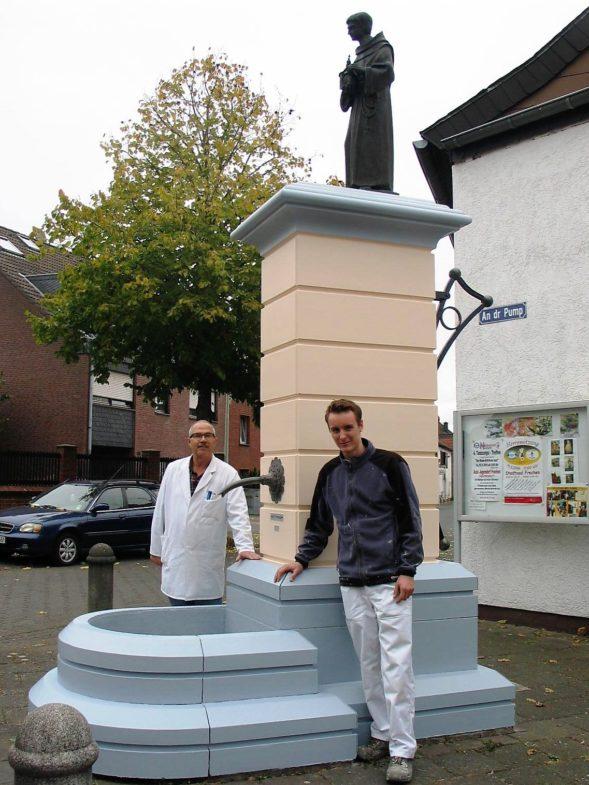 """M. Wischnewski und P. Struck am frisch renovierten Denkmal """"De Pump"""" in Hücheln"""