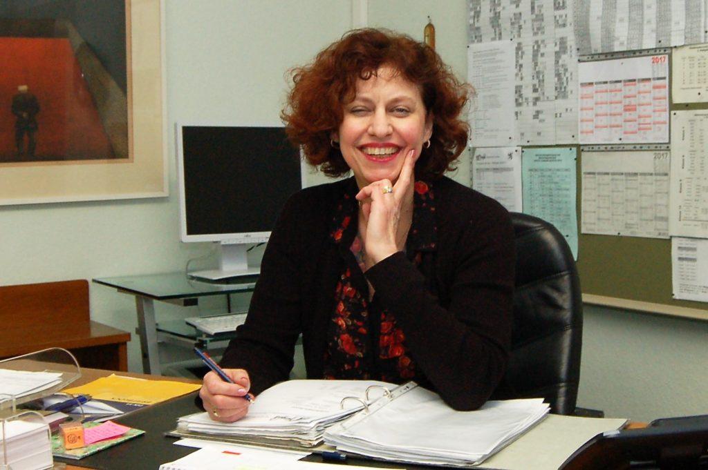 Realschulleiterin Ursula Hardt an ihrem neuen Schreibtisch