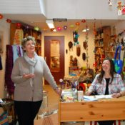 Monika Cremer und Elisabeth Kann im Eine-Welt-Laden Frechen
