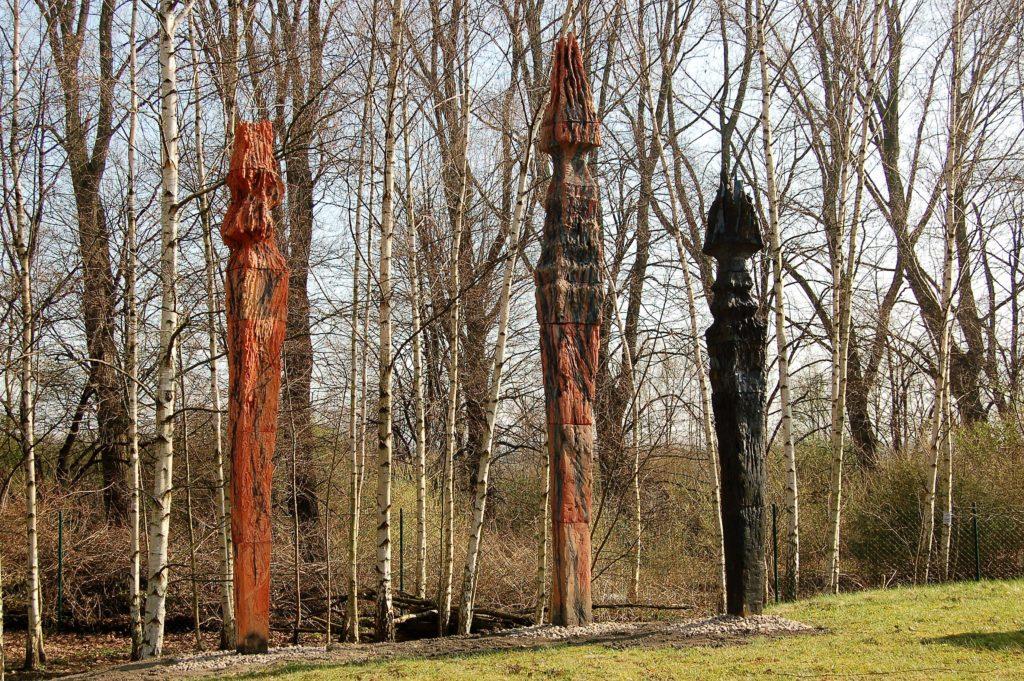 """Stelen """"Enmntflammt"""" von Rosemarie Stuffer im Skulpturengarten des Keramion"""