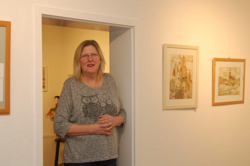 Regine Kron in den Ausstellungsräumlichkeiten des Minikulturvereins