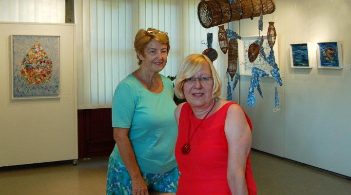 Anne Bölling-Ahrens (li.) und Mechthild Hartmann-Schäfers in einem Ausstellungsraum