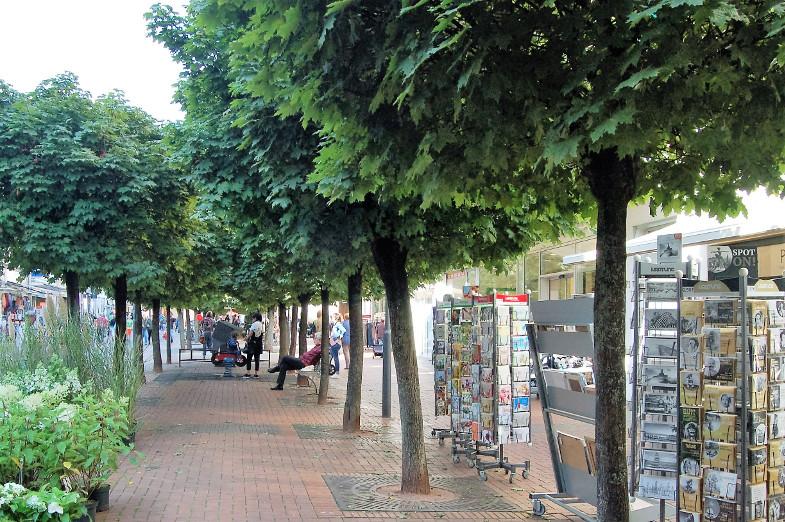 Außenwaren in der Kugelahorn-Allee in der Fußgängerzone in Frechen