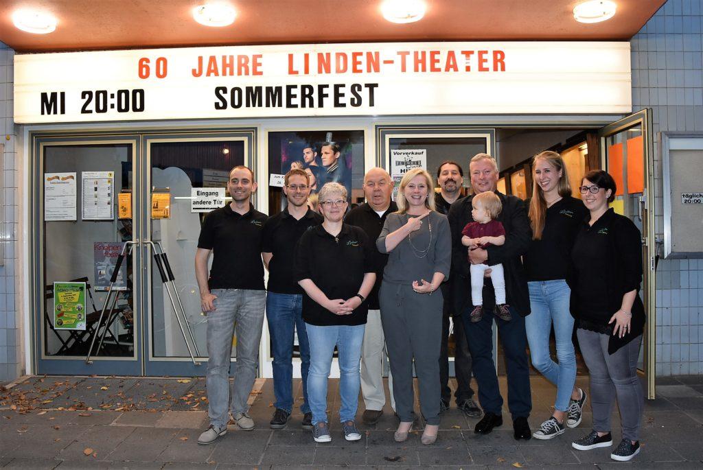 Das Linden-Theater-Team und Frechen Film e.V. mit Bürgermeisterin und ihrem Vorgänger am 6.9.17 vor dem Lindentheater