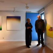 Christa Herrmann und Helmut Kesberg im oberen Foyer des Stadtsaals mit Bildern von Evelina Velkaite (r.) und Hannah A. Hovermann