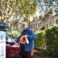 Erster Nutzer der E-Ladesäule auf dem Parkplatz am Johann-Schmitz-Platz in Frechen City.