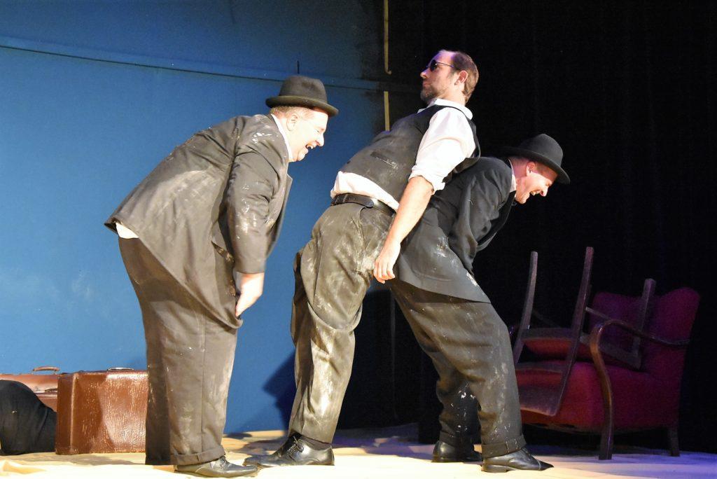 """Wladimir (Michael Krause), Pozzo (Thomas Herold) und Estragon (Bodo Lacroix) in einer Inszenierung von """"Warten auf Godot"""" im Haus am Bahndamm."""