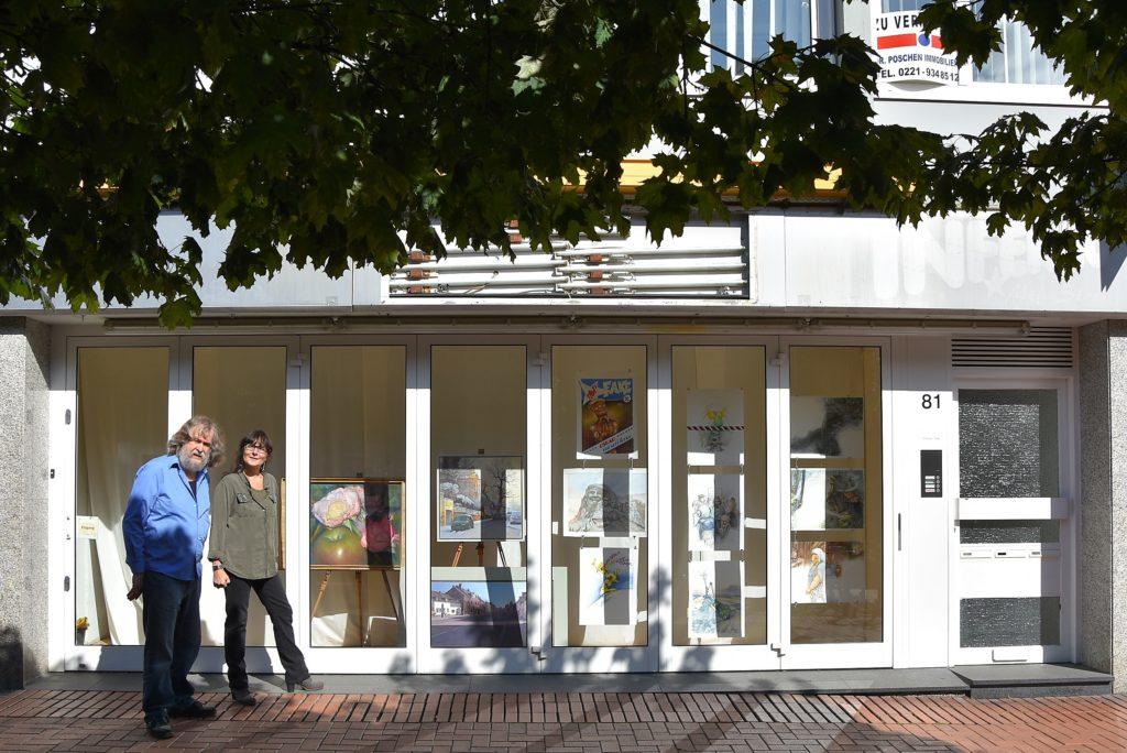 Mit Bildern von Peter Klaucke dekoriertes Schaufenster an der Hauptstraße 81.