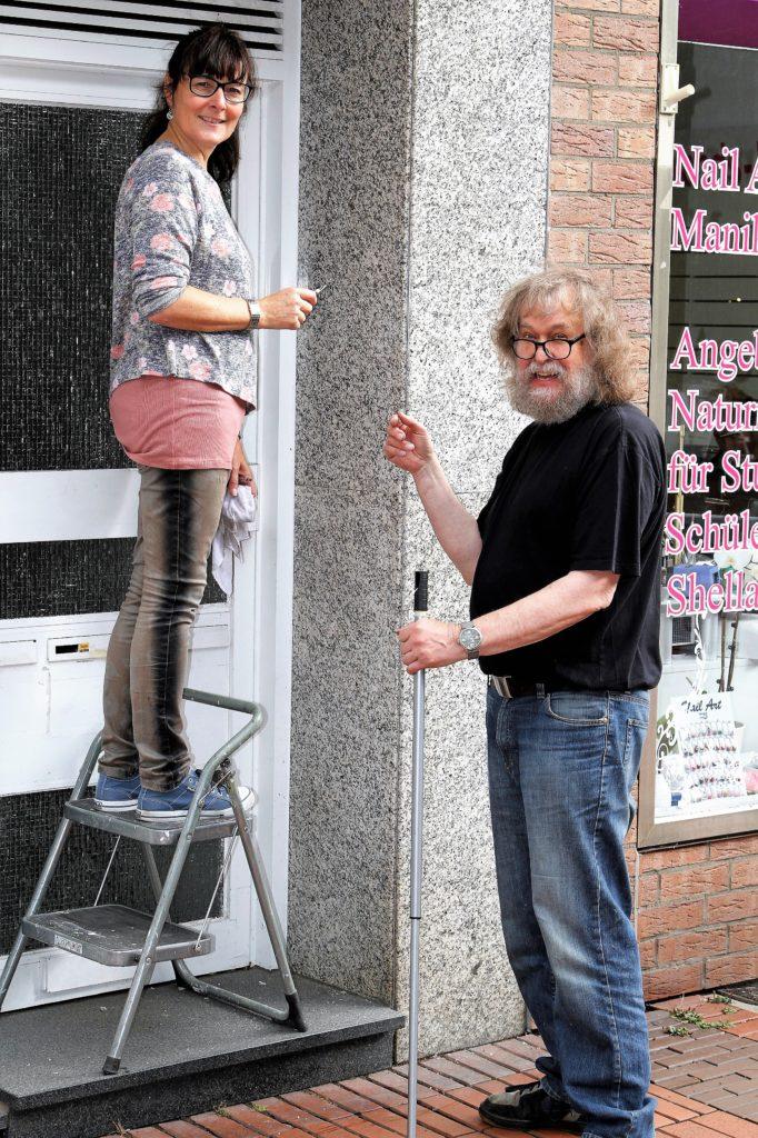 Walburga Maraite und Peter Klaucke bei Vorbereitungsarbeiten am Samstag