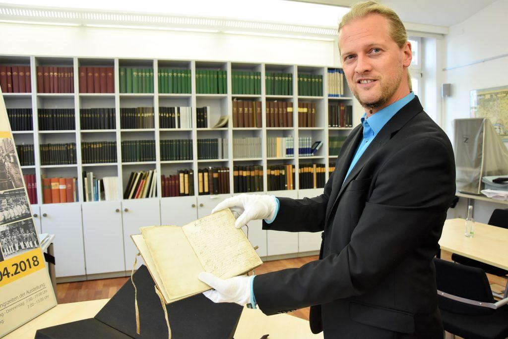 "Alexander Entius mit dem ""Bachem Buch"""