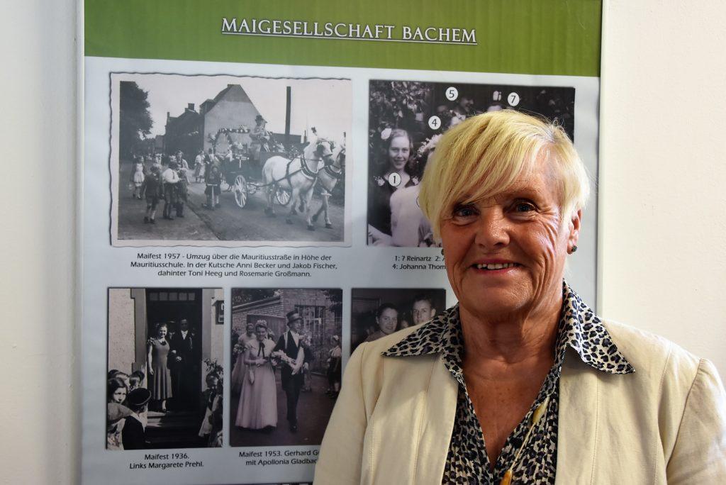 Rosemarie Heeg vor Ausstellungstafel zur Maigesellschaft Bachem