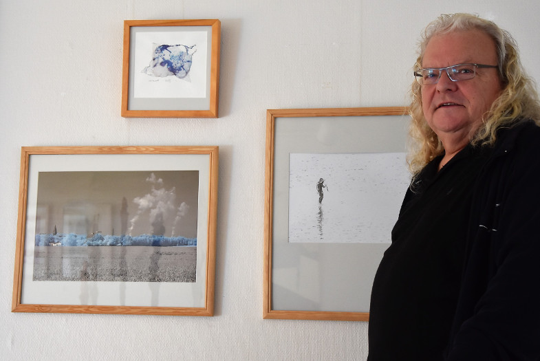 Harald Meyer-Schrauth mit seinen drei ausgestellten Fotoarbeiten