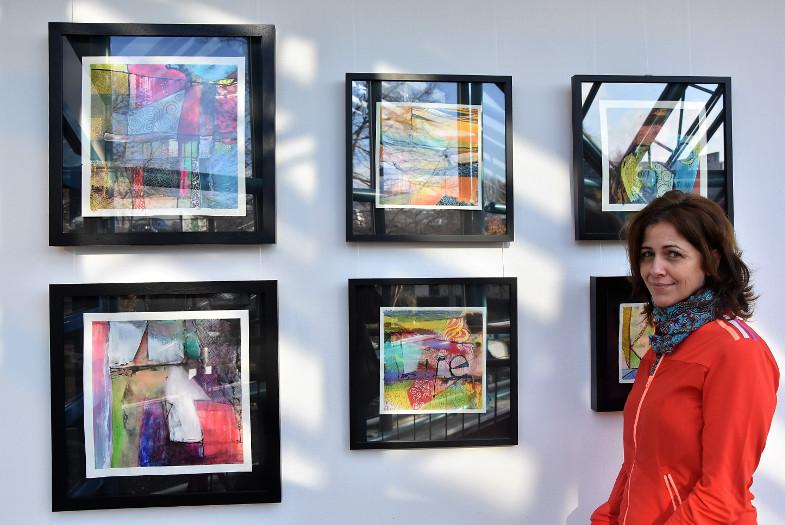 """Tana Ribeiro vor Arbeiten """"Poesie der Farben"""""""