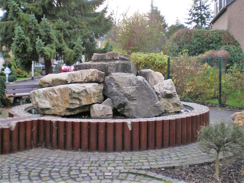 Bachem-Führer: Brunnen gegenüber dem Brauhaus in der Grachtenhofstraße