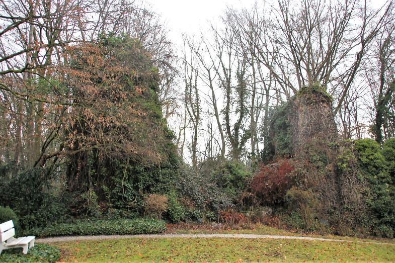 Bachem-Führer: Zerfallene Ruine von Burg Hemmerich (2007) im Park von Gut Neu-Hemmerich