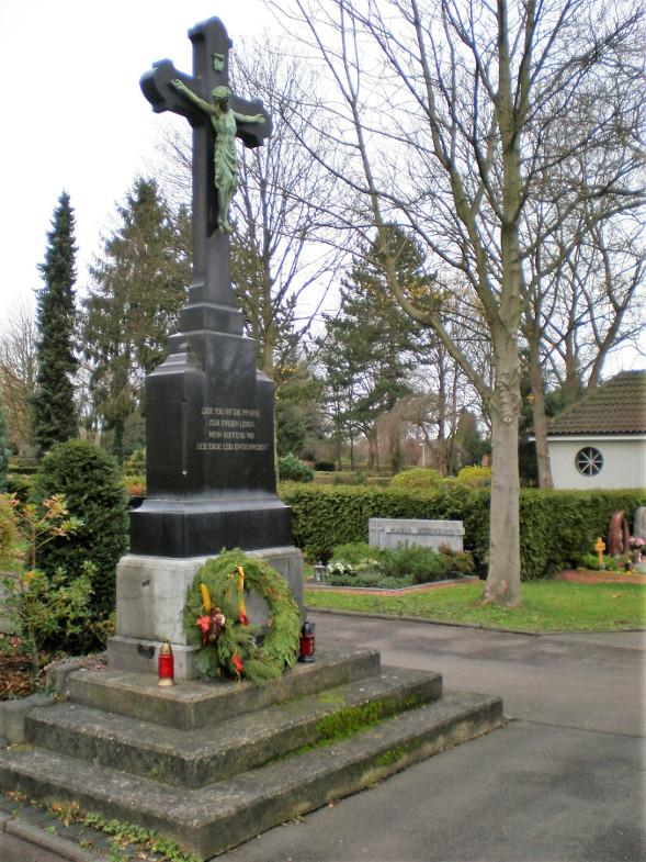 Friedhof von Bachem mit Hochkreuz