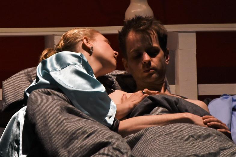 Lydia Rondorf und Jan Koch als Chloe und Chris in der Bühnenfassung von Woody Allens Match Point