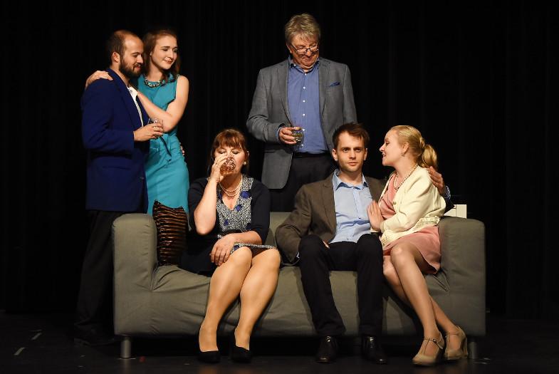 Familie Hewett in der Bühnenfassung von Match Point von Woody Allen im Haus am Bahndamm