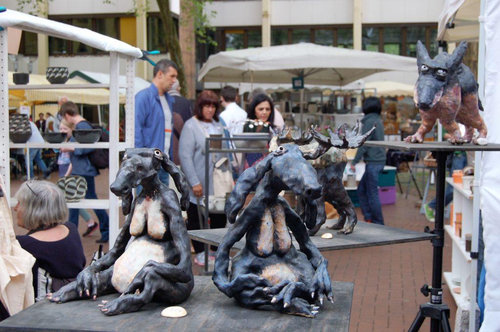 Keramikfiguren von Aare Freimann aus Estland beim 42. Frechener Töpfermarkt.