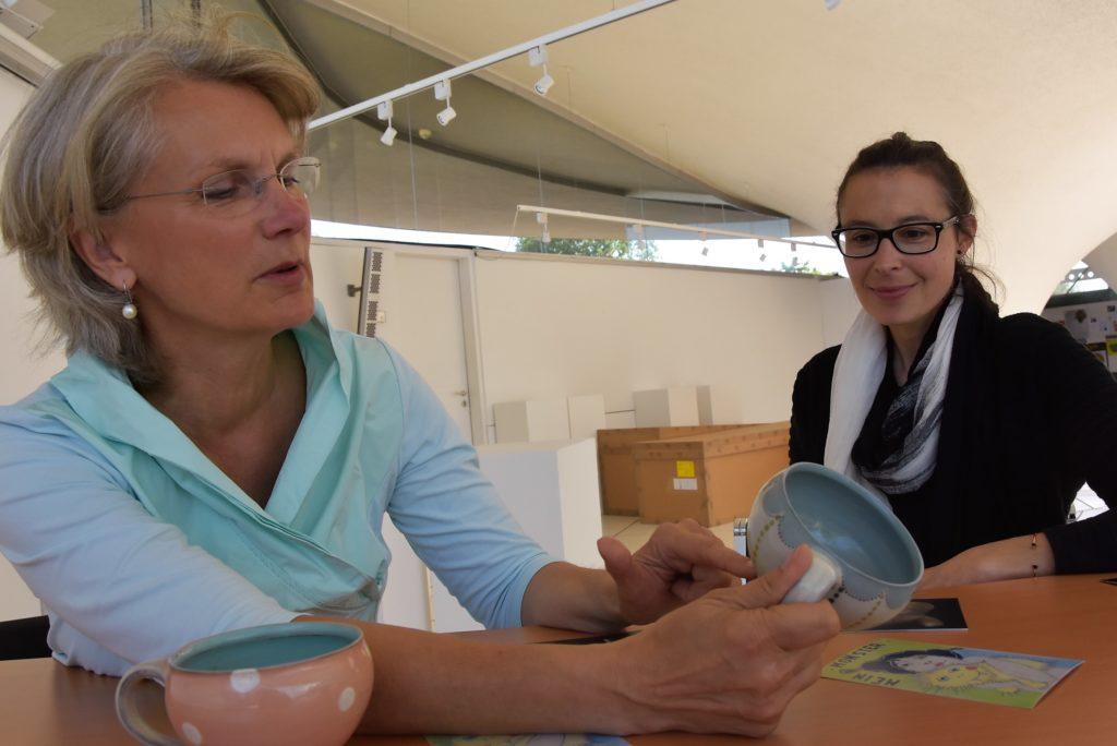 Im Interview zum Frechener Töpfermarkt erklärt die Leiterin des Keramion, Gudrun schmidt-Esters, wieviel Arbeit die Produktion einer hochwertigen Tasse macht.
