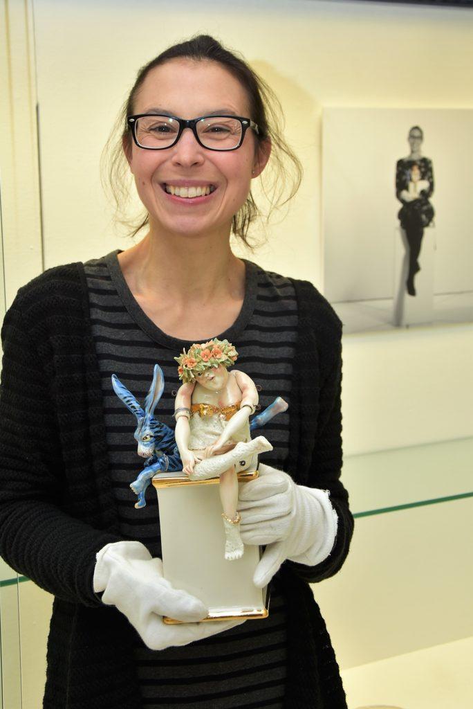 """Christine Otto mit """"Hinter mir der blaue Hase"""" von Gerda Smolik (2006), Exponat der Ausstellung """"Lieblingsstücke"""" im Keramion"""