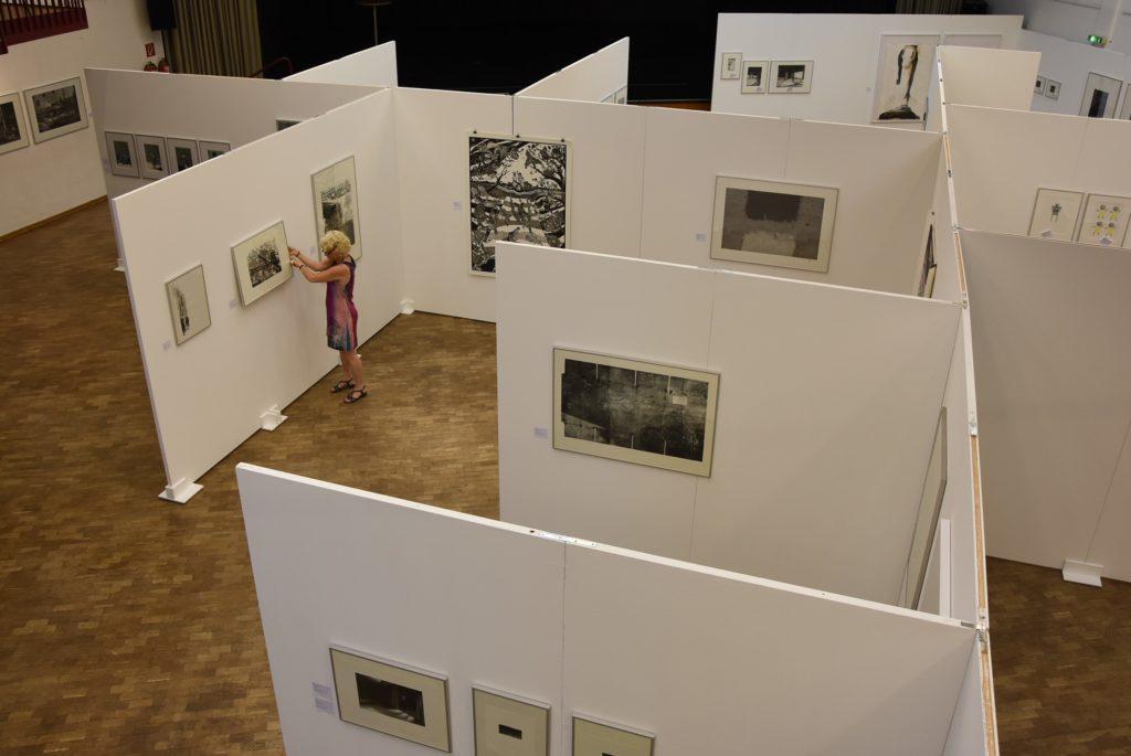 Ausstellungsarchitektur der 18. Grafik-Triennale Frechen im Stadtsaal