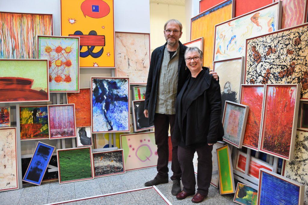 "Rose Schreiber + Michael Mayr, ""wortlos schildern"", 2017, variable Rauminstallation, 58-teilig, Holz, Acryl, Leinwand"