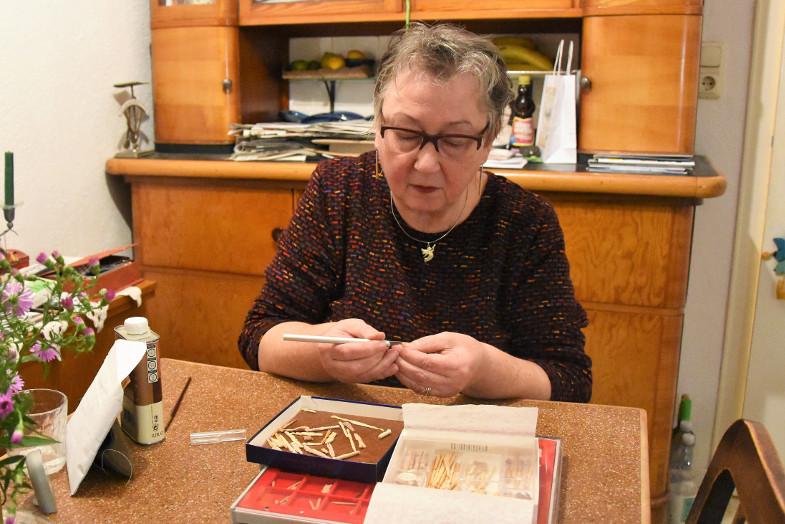 Rose Schreiber am Küchentisch im Künstlerhaus
