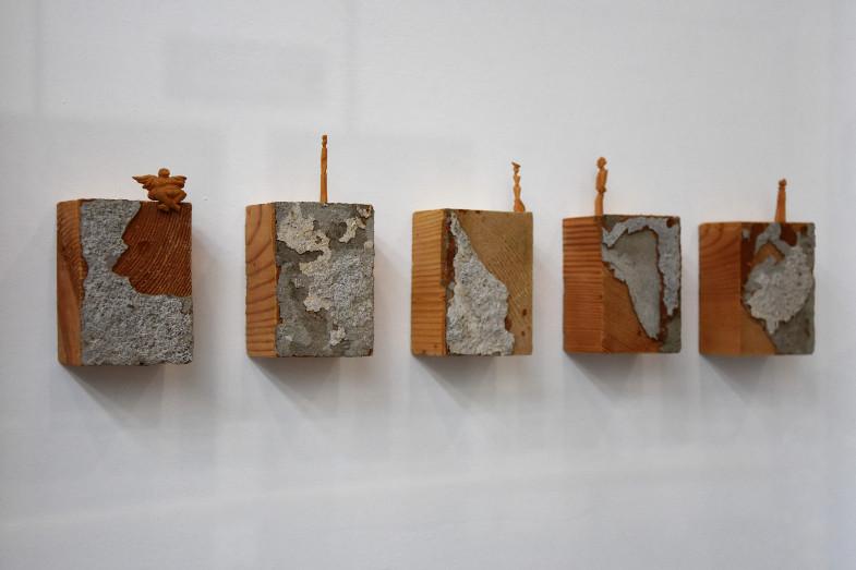 """Rose Schreiber Michael Mayr: """"Hirnholz - Boden unter den Füßen"""", 2013-2018, Ausstellung """"Im Wesentlichen"""" im Kreishaus des Rhein-Erft-Kreises"""