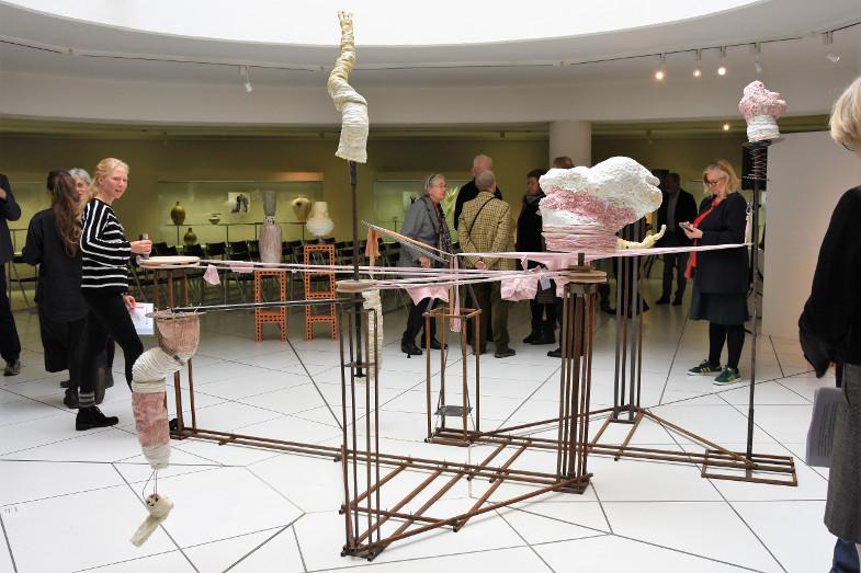 Kinetische Installation von Jantje Almstedt in der Ausstellung zum Frechener Keramikpreis 2018 im Keramion