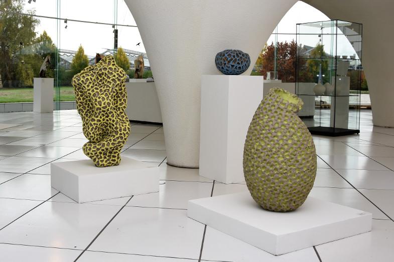 Steinzeug-Gefäße von Katrin Kliemann auf der Ausstellung zum Frechener Keramikpreis 2018 im Keramion
