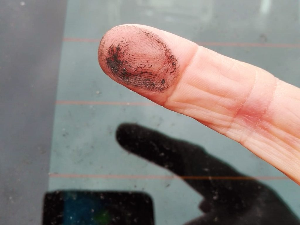 Eine Anwohnerin der Brikettfabrik Wachtberg hat nach einem heftigen Staubniederschlag den Fingertest gemacht: