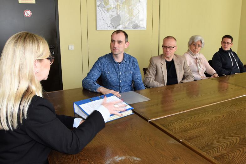 Übergabe der Unterschriften für Sanierung und Erhalt vom Parkhaus Josefstraße im Rathaus