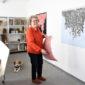 Gisela Tschauner in ihrem Atelier im Kunstzentrum Signalwerk mit Hund.