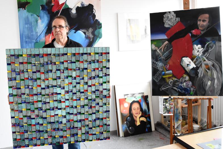 Walter Schröder in seinem Atelier im Kunstzentrum Signalwerk mit seiner Klaviatur der Freiheit