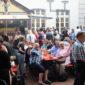 Voll besetzte Tische und Schlangen an den Imbissständen: erster Schlemmer- und Abendmarkt in Frechen