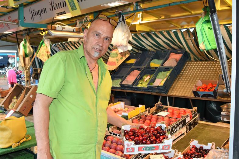 Obst- und Gemüsehändler Winfried Hönigl beim ersten Schlemmer- und Abendmarkt in Frechen
