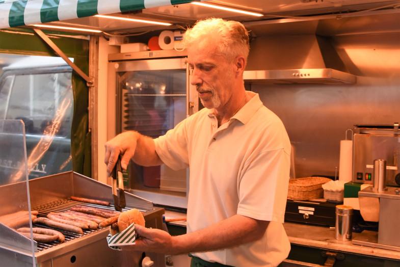 """Michael Manz im """"Wurst-Bulli"""" beim ersten Schlemmer- und Abendmarkt in Frechen"""