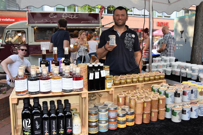 Bülent Bayraktar mit Produkten aus der Monschauer Senfmühle beim ersten Schlemmer- und Abendmarkt