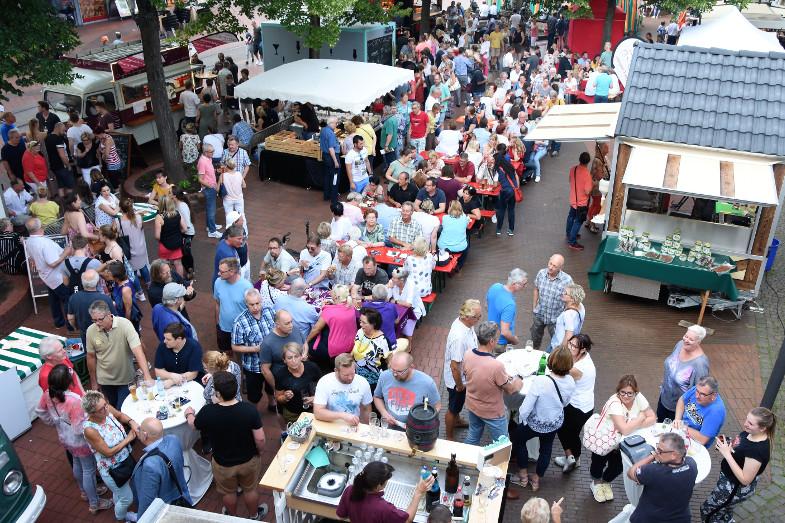 Erster Schlemmer- und Abendmarkt in der Frechener Innenstadt von oben