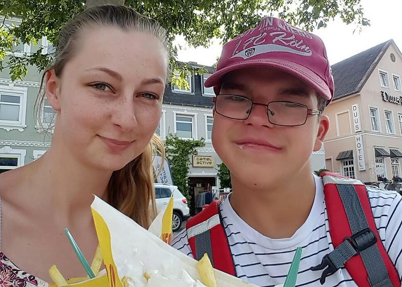 Kai mit seiner Betreuerin Linda Langen in den Ferien