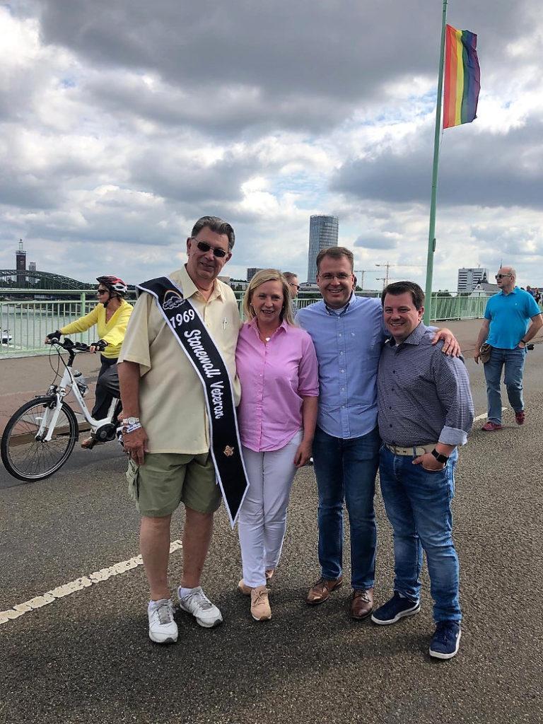 Bürgermeisterin Susanne Stupp und Ehepaar Andreas (r.) und Christian Kirchharz aus Frechen mit dem 80-jährigen Stonewall-Auftstand-Zeitzeugen Frederik Sequoia beim CSD in Köln