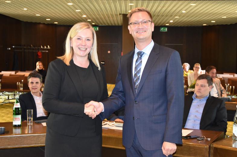 Susanne Stupp, Bürgermeisterin von Frechen, gratulierte dem neuen technischen Beigeordneten Robert Lehmann nach seiner Wahl.<br>Foto: Susanne Neumann