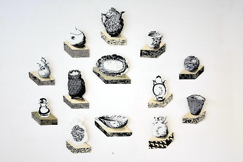 Stillleben, Gefäß-Silouhetten von Antje Scharfe an der Wand im Keramion