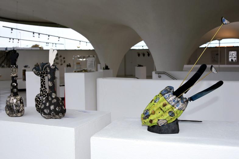 Stillleben im Keramion: dreimal Flacon (links) Messerblock (rechts) von Judith Püschel