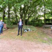 Gedenken an sowjetische Zwangsarbeiterinnen und Zwangsarbeiter in Königsdorf - Kranzniederlegung auf dem Südfriedhof von Linken und Grünen