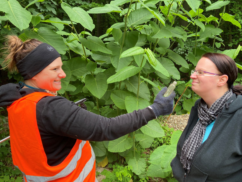 Linda Ludwig und Jessica Mörs vom FUCHS untersuchen ein Parfümflakon