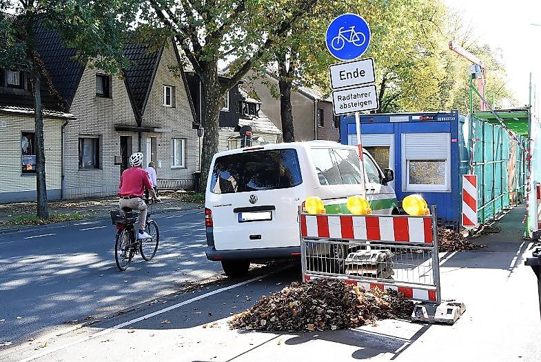 Radfahrer absteigen - Baustelle auf dem Radweg, Hubert-Prott-Straße