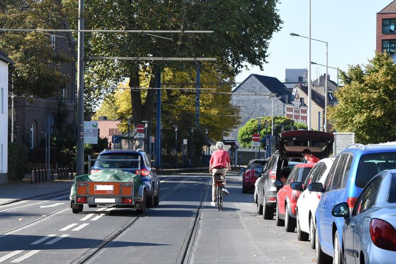 Radfahren auf der Kölner Straße zwischen Autos und Straßenbahn