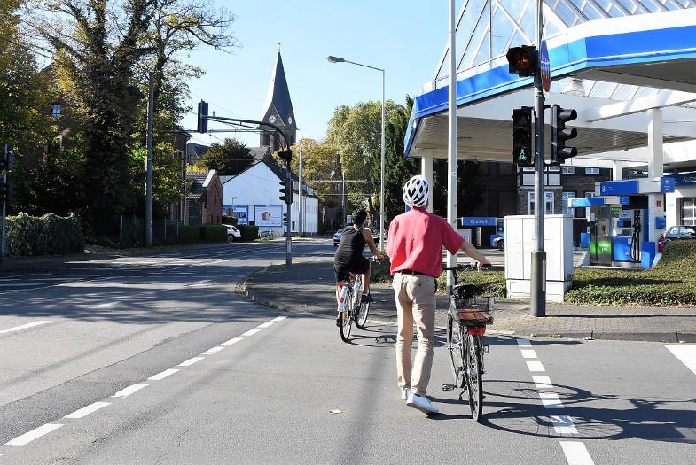 Radfahrer benutzen Fußgängerüberweg mit, Alfred-Nobel-Straße, Kreuzung Kölner Straße